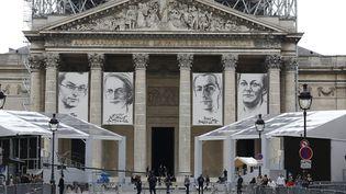 Le Panthéon où sont affichés les portraits des quatre résistants qui y seront transférés mercredi 27 mai : Jean Zay, Geneviève ANthonioz-de Gaulle, Pierre Brossolette et Germaine Tillion. (THOMAS SAMSON / AFP)