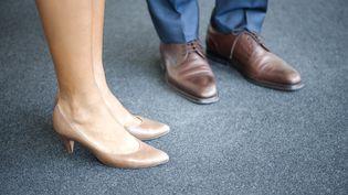 Les jambes et les pieds d'une femme et d'un homme. Photo d'illustration. (ODILON DIMIER / MAXPPP)