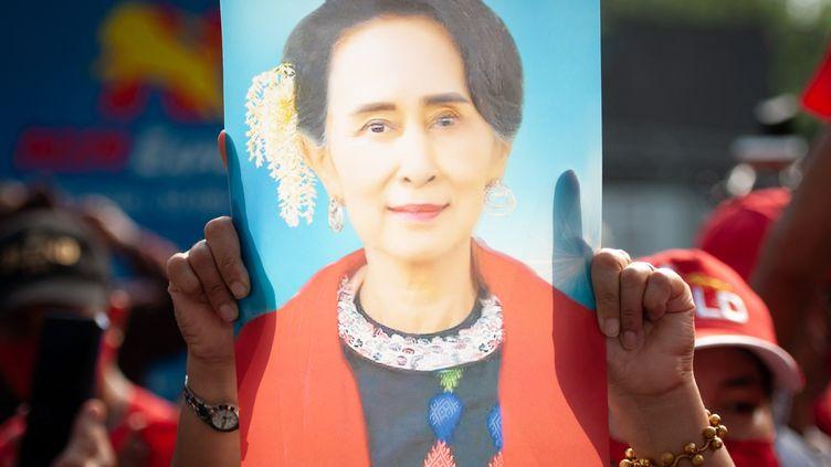 Un manifestanttient une image d'Aung San Suu Kyi le 1 février 2021, devant l'ambassade de la Birmanie à Bangkok (Thailande). (VACHIRA VACHIRA / NURPHOTO / AFP)