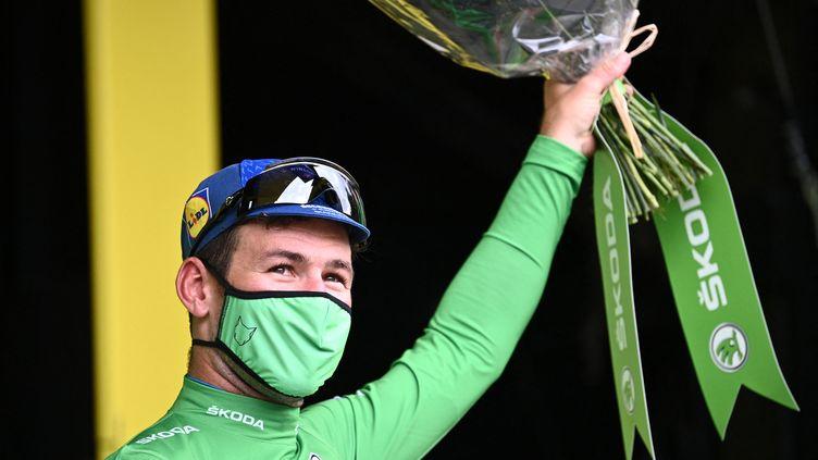 Mark Cavendish avec le maillot vert sur le podium du Tour après sa victoire lors de la 4e étape, le 29 juin (ANNE-CHRISTINE POUJOULAT / AFP)