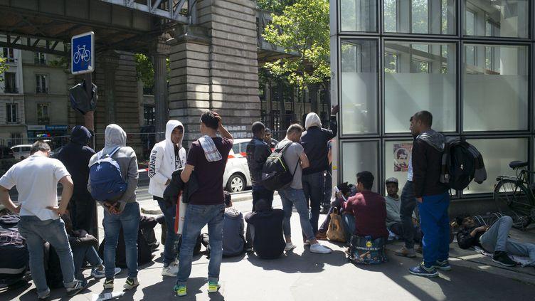 Des migrants Porte de la Chapelle, à Paris, en juillet 2017. (MAXPPP)
