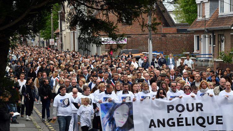 Lors de la marche blanche en hommage à Angélique Six, le 1er mai 2018 à Wambrechies. (PHILIPPE PAUCHET / MAXPPP)