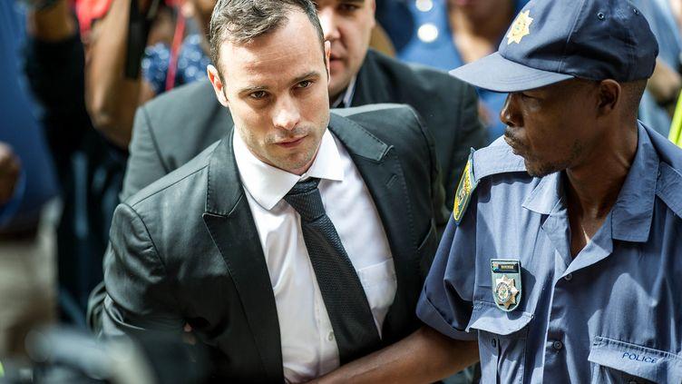 L'athlète paralympique Oscar Pistorius arrive au tribunal de Pretoria (Afrique du Sud) le 8 décembre 2015. (MUJAHID SAFODIEN / AFP)
