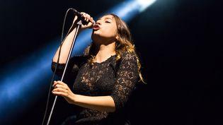 """(Izia Higelin, révélée depuis des années en anglais mais déjà chantée par coeur en français par son public avec les chansons de l'album """"La Vague"""", paru il y a quelques mois.  © Pablo Tupin-Noriega (Wikimedia France))"""