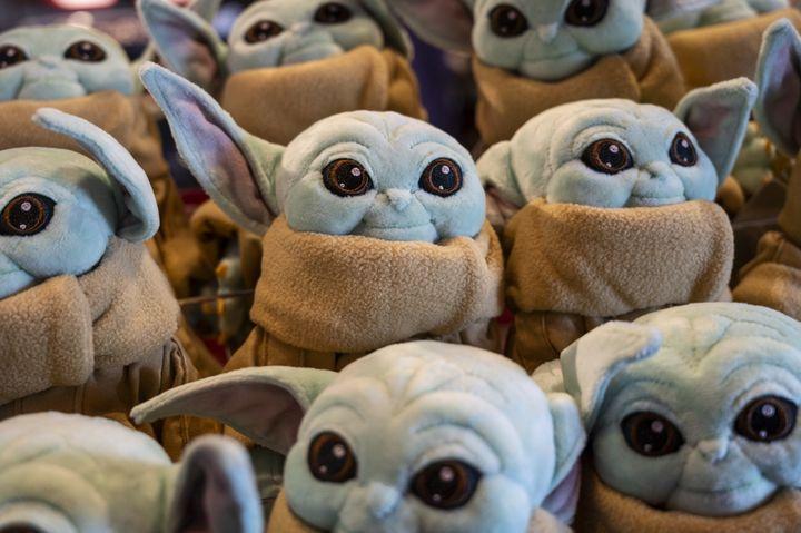 """L'adorable """"bébé Yoda"""" de la série """"The Mandalorian"""" a permis à la plateforme Disney+ de doper ses abonnements. (SOPA IMAGES / LIGHTROCKET)"""