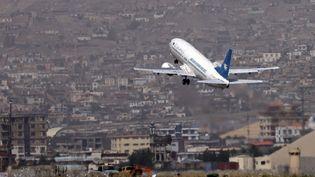 Un avion de la compagnie Ariana Afghan Airlines décolle de l'aéroport de Kaboul, le 11 septembre 2021. (KARIM SAHIB / AFP)