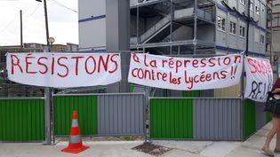 Unlycéen dénonce le traitement subienmai 2018, après l'intervention des CRS qui sont venus déloger les manifestants du lycée Arago. (HELENE PARISY / CROWDSPARK)