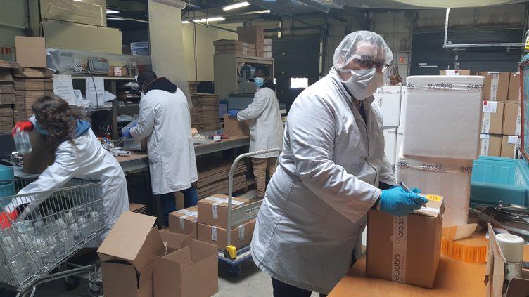 Près de 100 000 tests sortent quotidiennement de ce laboratoire et dont vendus en France et dans une dizaine de pays européens. (JÉRÔME JADOT / RADIO FRANCE)