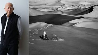 """Sebastião Salgado au Musée de l'Homme à Paris (4 décembre 2018) et photo Sebastião Salgado, """"Moment de prière dans les grandes dunes de sable à Maor, Tadrart. Sud de Djanet, Algérie, 2009""""  (A gauche © Photo Frédéric Dugit / PhotoPQR / Le Parisien / MaxPPP - A droite © Sebastião Salgado)"""