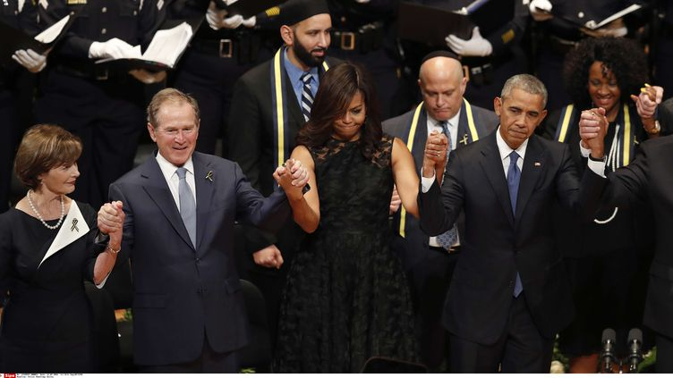 L'ancien président américain, George W. Bush, avec l'actuel, président, Barack Obama, le 12 juillet 2016 à Dallas (Etats-Unis). (ERIC GAY / AP / SIPA)