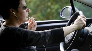 A compter du 1er juillet, l'utilisation du kit mains libres sera interdite au volant. (JS EVRARD/SIPA)