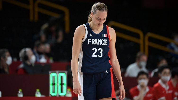 La basketteuse française Marine Johannes tête basse lors de la défaite des Bleues face au Japon en demi-finales du tournoi olympique, vendredi 6 août 2021. (ARIS MESSINIS / AFP)