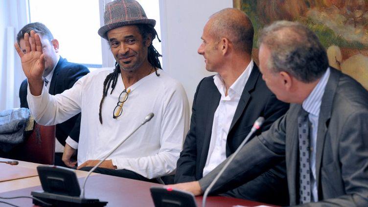 """Yannick Noah jurant de dire """"toute la vérité"""" lors de son audition au Sénat, aux côtés de Guy Forget (au c.), lui aussi ancien tennisman français, le 19 juin 2012, à Paris. (MEHDI FEDOUACH / AFP)"""