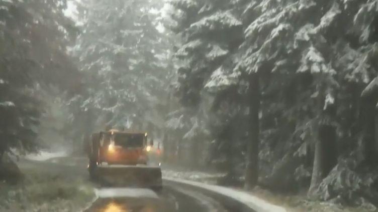 Un chasse-neige parcourt les routes du massif du Pilat (Loire). (FRANCE 2)