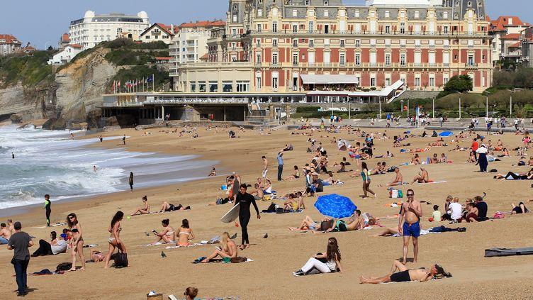 """La ville de Biarritz n'a reçu """"aucun courrier, aucune lettre d'association"""" depuis la campagne """"Parisien dégage, t'as Paris plage"""", selon la mairie, contactée par franceinfo. Ici la grande plage de Biarritz le 30 mars 2017. (DROUINAUD EMILIE / SUD OUEST PAYS BASQUE / MAXPPP)"""