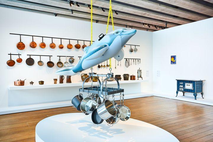 Jeff Koons, Dolphin, vue de l'exposition Jeff Koons Mucem © Jeff Koons_photo_Laurent Lecat_Mucem (LAURENT LECAT)