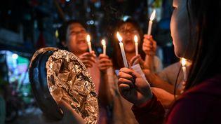 Des femmes manifestent dans la rue contre le coup d'Etat militaire, le 4 février 2021, à Rangoun (Birmanie). (AFP)
