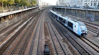 Un TER quitte la gare Saint Lazare, à Paris, le 20 novembre 2020. (LUDOVIC MARIN / AFP)