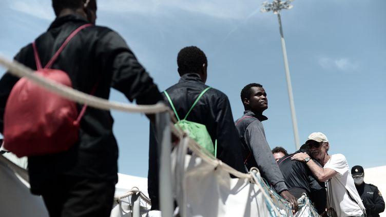 Des migrants descendent de l'Aquarius lors de leur arrivée à Valence (Espagne), le 17 juin 2018. (KARPOV / SOS MEDITERRANEE / AFP)