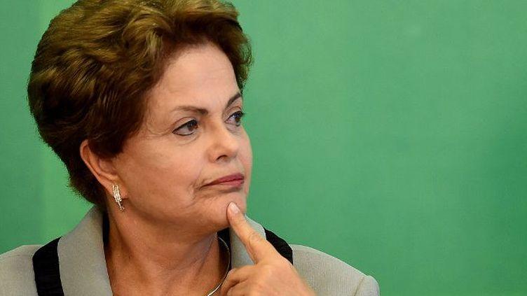 Dilma Roussef en plein tangage dans le scandale de corruption au sein du groupe pétrolier étatique Petrobras.Le parquet brésilien enquête sur 13 sénateurs, 22 députés, deux gouverneurs et sur le trésorier du Parti des travailleurs, le parti de la présidente. (AFP PHOTO/EVARISTO SA)