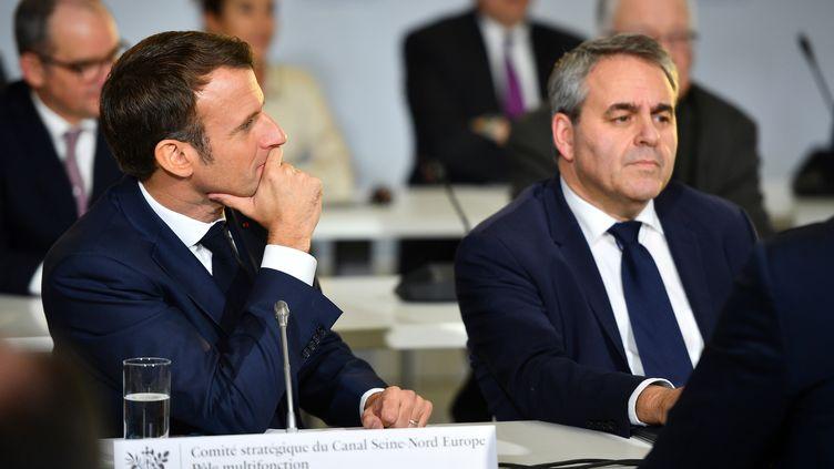 Le président de la République, Emmanuel Macron, et le président de la région Hauts-de-France, le 22 novembre 2019 à Nesle (Somme). (CHRISTOPHE ARCHAMBAULT / AFP)