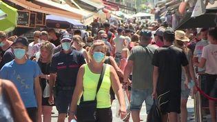 Au Grau-du-Roi (Gard), face à l'afflux des vacanciers, le port du masque est désormais obligatoire dans les rues piétonnes. (France 3)