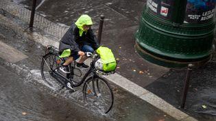 Des rues inondées à Paris après le passage d'un orage, le 19 juin 2021. (CARINE SCHMITT / HANS LUCAS / AFP)