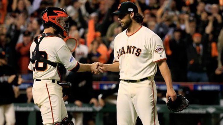 Le lanceur des Giants Madison Bumgarner félicité par Buster Posey
