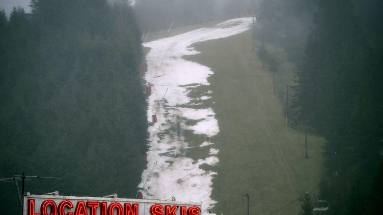 Fermeture, depuis dimanche 2 février, des pistes de ski de la station de la Mauselainedans les Vosges à Gérardmer faute de chutes de neige et du réchauffement des températures (photo d'illustration). (ALEXANDRE MARCHI / MAXPPP)