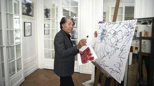 Le créateur japonais Kenzo Takada dessine une oeuvre chez lui le 28 septembre 2015 à Paris. (KANAME MUTO / YOMIURI)