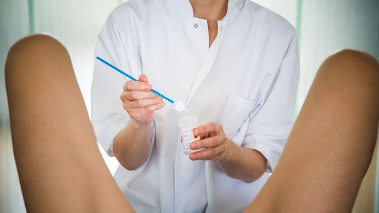 Gynécologueréalisant unfrottis cervical.Une femmeva avoir en moyenne 50 consultations gynécologiques et obstétricales au cours de sa vie. (VOISIN / PHANIE / AFP)