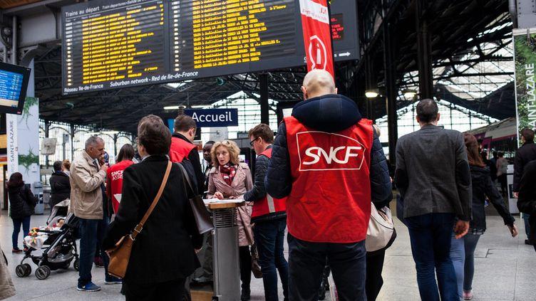 Des employés de la SNCF renseignent des voyageurs lorsde la journée de grève du 1er juin 2016, à la gare Saint-Lazare, à Paris. (RODRIGO AVELLANEDA / ANADOLU AGENCY / AFP)
