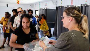 Des personnes votent lors du référendum pour l'indépendance de la Nouvelle-Calédonie, le 4 octobre 2020 à Nouméa. (THEO ROUBY / AFP)