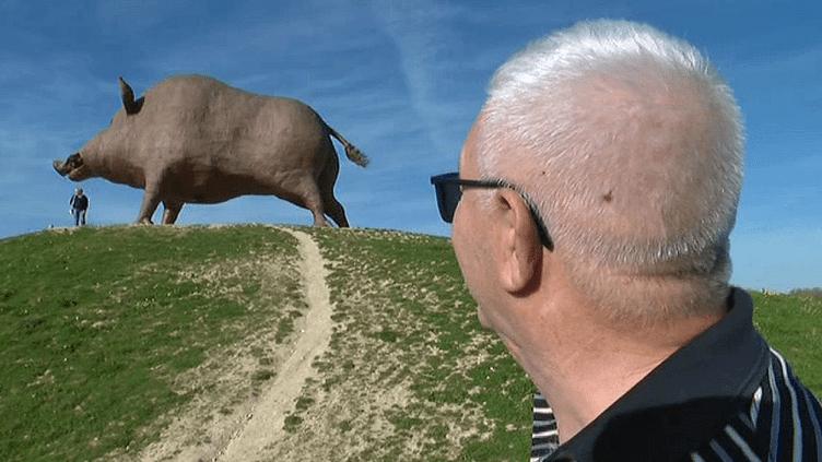 """""""Woinic"""" le sanglier géant de l'aire d'autoroutedes Ardennes de l'A 34 est l'oeuvre du sculpteurÉric Sléziak  (France 3 / Culturebox )"""