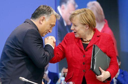 Viktor Orban et Angela Merkel au cours du congrès du Parti populaire européen (PPE, formation regroupant la droite au Parlement de Strasbourg) à Madrid le 22 octobre 2015. (REUTERS - Andrea Comas)