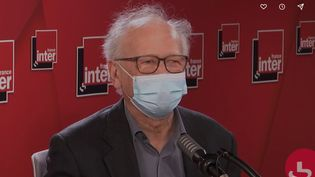 Alain Fischer, immunologiste et président du conseil d'orientation de la stratégie vaccinale contre le Covid-19, le 12 janvier sur France Inter. (FRANCEINFO / RADIOFRANCE)