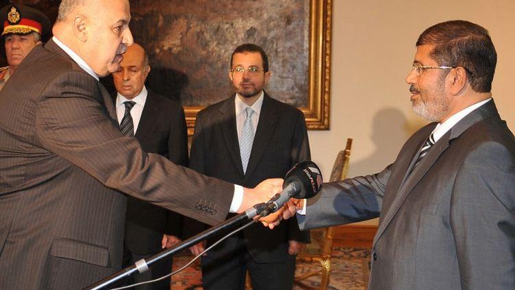 Le vice-président égyptien Mahmoud Mekki (à gauche) et le président égyptien Mohamed Morsi le 12 août 2012 au palais présidentiel du Caire. (EGYPTIAN PRESIDENCY / AFP)