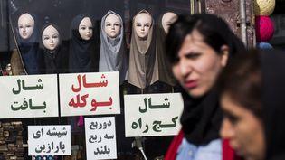 Des femmes passent devant un magasin de voile à Téhéran (Iran), le24 février 2016. (BEHROUZ MEHRI / AFP)