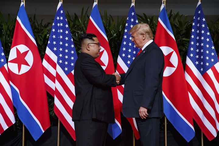 Donald Trump et Kim Jong-un sur l'île de Sentosa à Singapour, le 12 juin 2018. (EVAN VUCCI / SIPA)