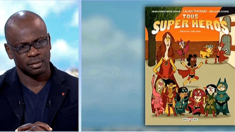 """Lilian Thuram présente sa bande-dessinée """"Tous super héros"""" sur le plateau de France 2  (France 2 / Culturebox)"""