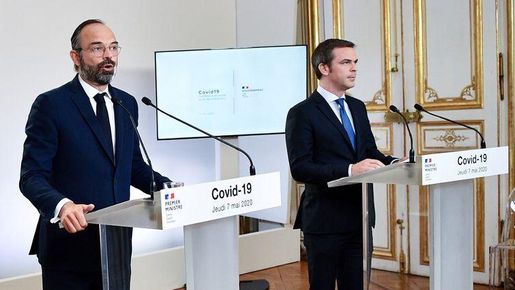 Edouard Philippe, alors Premier ministre et Olivier Véran, le ministre de la Santé et des Solidarités lors d'un point presse à Matignon, le 7 mai 2020. (CHRISTOPHE ARCHAMBAULT / POOL / AFP)