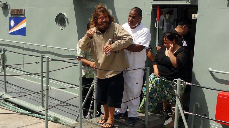 José Salvador Alvarenga aidé par un infirmier de l'hôpital de Majuro, à son arrivée dans la capitale desIles Marshall, le 3 février 2014. (GIFF JOHNSON / AFP)