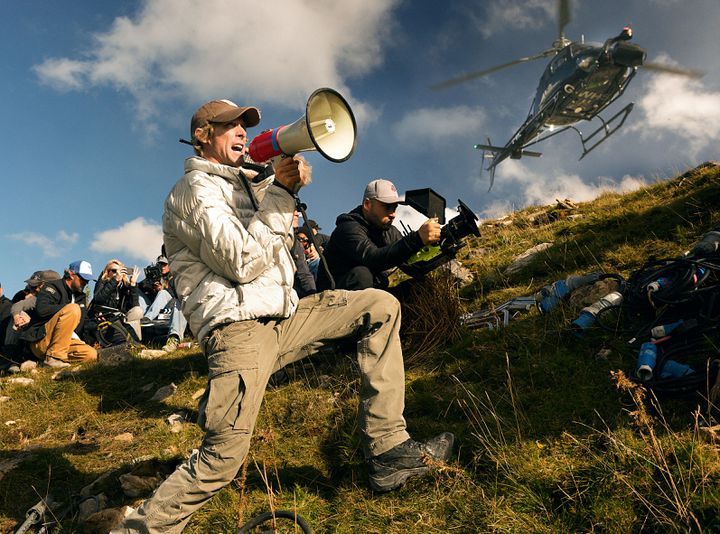 """Le réalisateur Michael Bay sur le tournage de """"Transformers : The Last Knight"""", en 2017. (MICHAEL BAY FILM / DI BONAVENTUR / AFP)"""