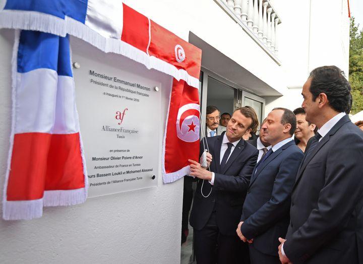 Le président français Emmanuel Macron inaugure une école de l'Alliance française à Tunis, le 1er février 2018 durant sa première visite d'Etat en Tunisie. (AFP - ERIC FEFERBERG / POOL)