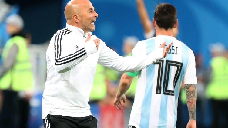 Lionel Messi et Jorge Sampaoli, le 26 juin 2018, lors du match entre l'Argentine et le Nigeria, àSaint-Pétersbourg, en Russie. (CEZARO DE LUCA / DPA / AFP)
