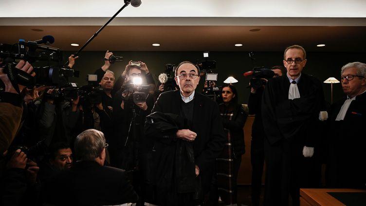 L'achevêque de Lyon, Philippe Barbarin, entouré de ses avocats et de journalistes, au premier jour de son procès, le 7 janvier 2019. (JEFF PACHOUD / AFP)