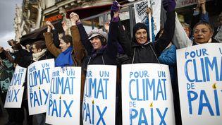 Des manifestants forment une chaîne humaine pour le climat, le 29 novembre 2015 à Paris, à la veille de l'ouverture de la COP21. (BENOIT TESSIER / REUTERS)