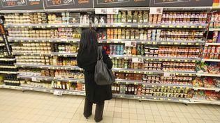 Un cliente dans un rayon d'un supermarché Casino en Île-de-France, en 2012. (BRUNO LEVESQUE / MAXPPP)
