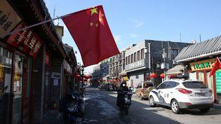 Un drapeau chinois dans une rue déserte du centre de Pékin, le 8 février 2020. (KOKI KATAOKA / YOMIURI / AFP)