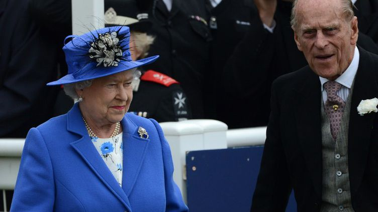 Elizabeth II et son époux le Prince Philipp, lors du derby dEpsom, première étape du jubilé de la reine d'Angleterre, le 2 juin 2012 à Espom (Royaume-Uni) (ADRIAN DENNIS / AFP)